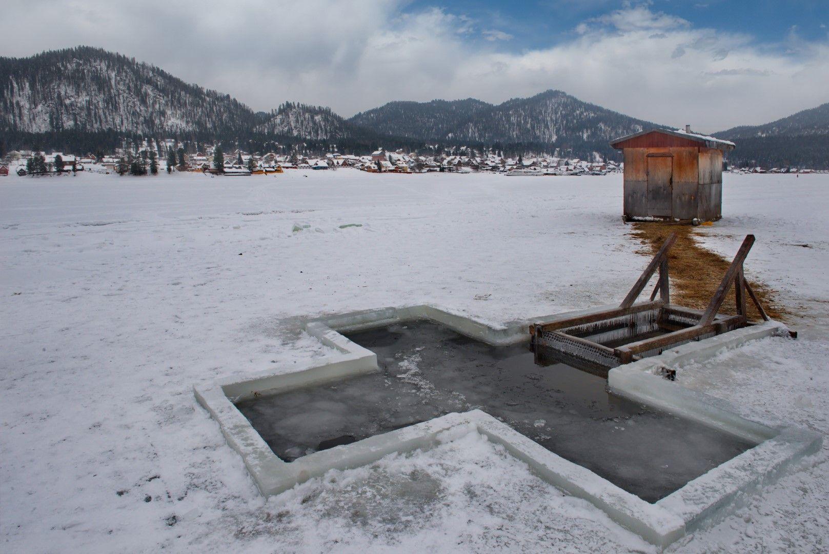 На 19 януари по стара традиция местните в село Артибаш се къпят в ледена вода