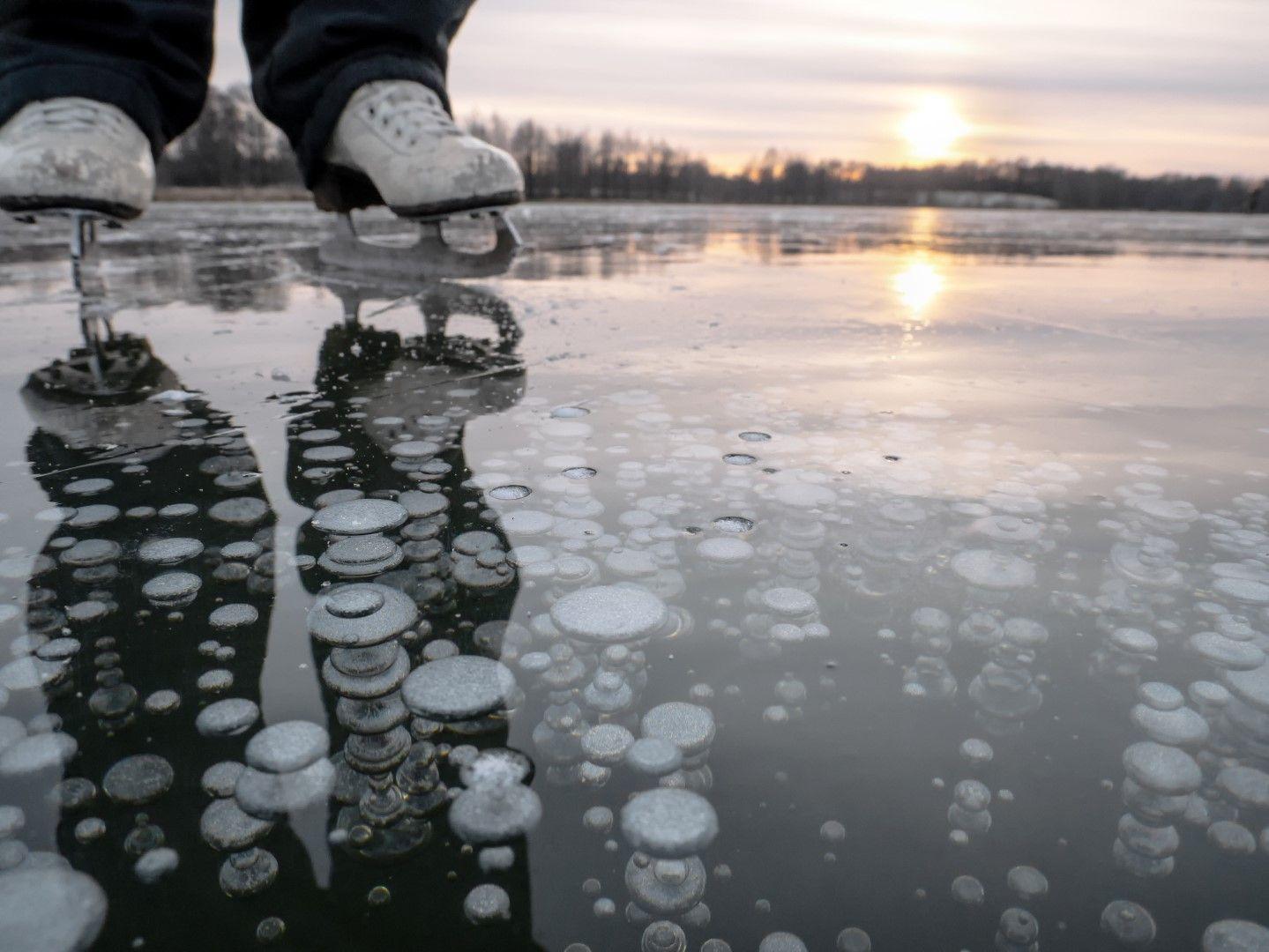 Мехурчета метан се виждат в прозрачния лед на езерото Байкал