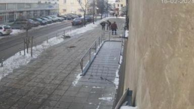 Видео от охранителна камера показва как парчета лед раниха жена в София
