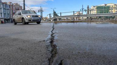 Големи пукнатини зейнаха на Лъвов мост в София (снимки)