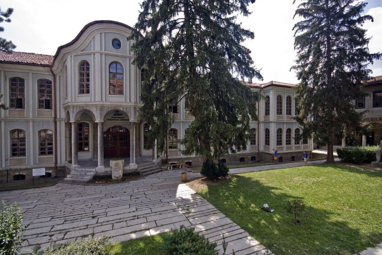 """Сградата на Учредителното събрание във Велико Търново. До нея се намира музеят """"Затвор""""."""