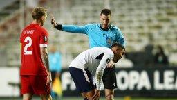 Шоу с български привкус - Кабаков свири три дузпи и червен картон в мач от Лига Европа
