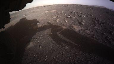 НАСА разпространи първите цветни снимки на Марс