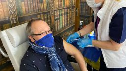 И театърът се имунизира, Мутафчийски поставя лично ваксини