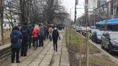 Опашки за ваксиниране и пред ВМА, желаещи чакат пред кабинети в цяла България