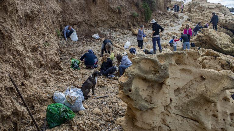 Израелските власти и неправителствени организации разчистват средиземноморското крайбрежие на страната