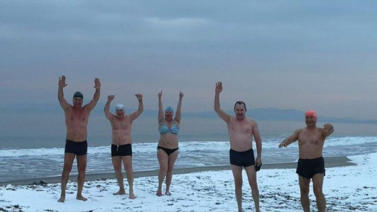 В условията на пандемия любителите на къпането в студеното море