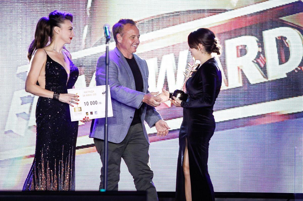 Деси Тенекеджиева и Фил Рот връчват наградата на Ваня Бойчева