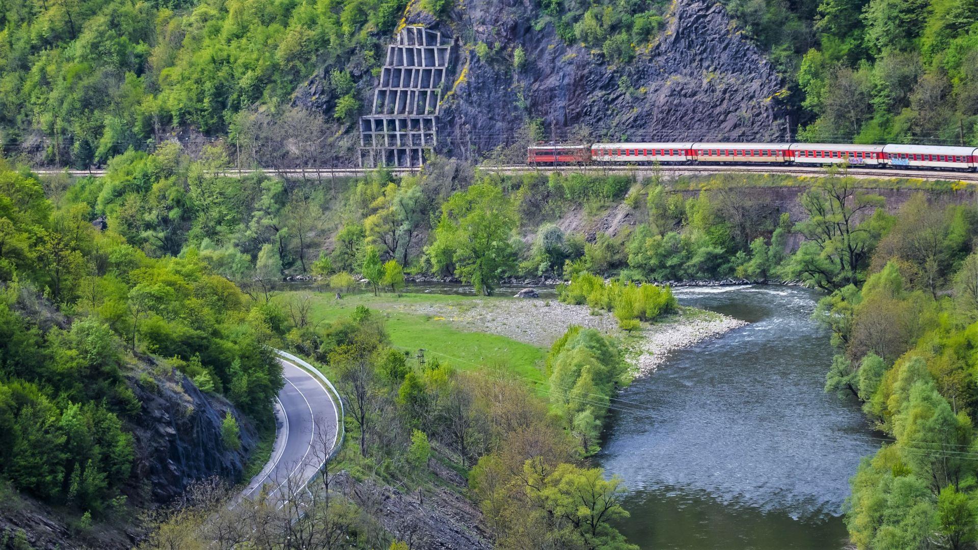 Влакът през Искърското дефиле, видян от паметника Дядо Йоцо гледа