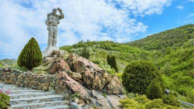 Паметникът Дядо Йоцо гледа: да видиш влака в Искърското дефиле
