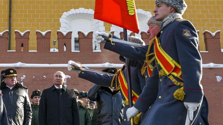 Путин на парад в Деня на защитника на отечеството (снимки, видео)