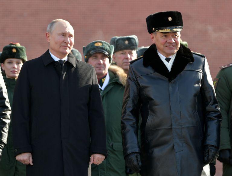 Президентът и военният министър Сергей Шойгу видимо са доволни от парада