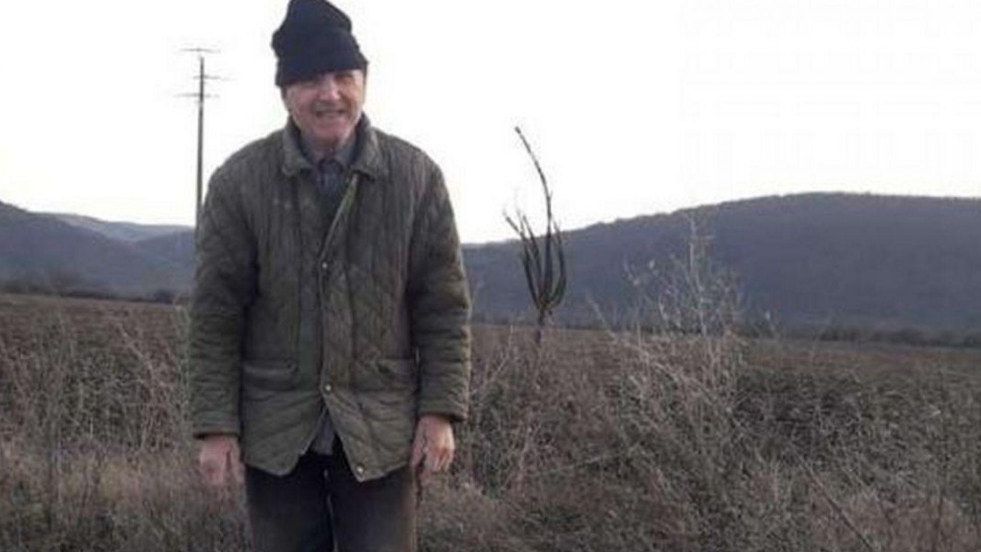 81-годишен сам кърпи дупките по пътя между две села