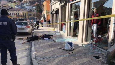 Маскиран потроши с бухалка магазин за дрехи в центъра на Велико Търново (видео)