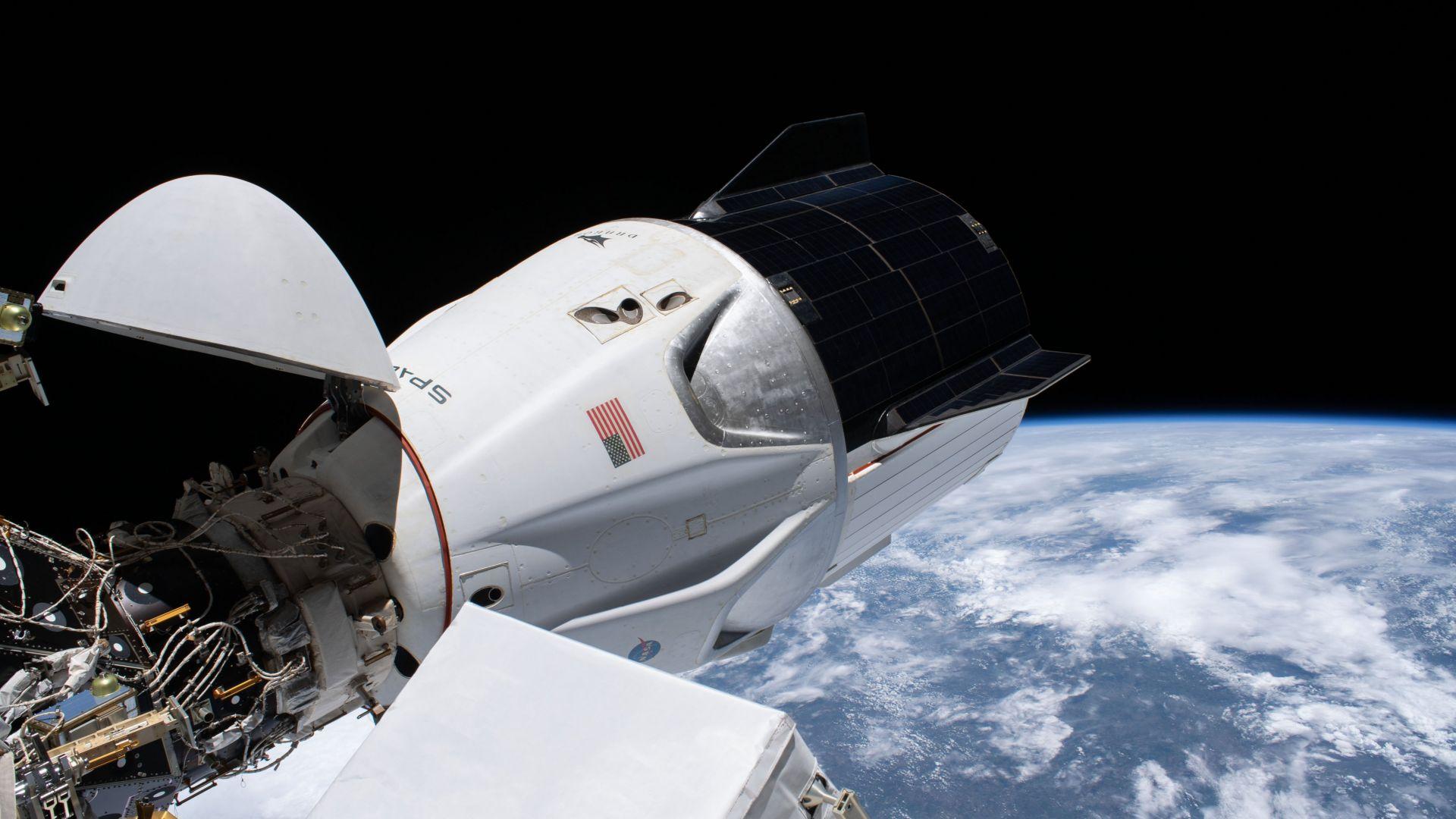 """Приводняването на пилотирания кораб """"Дракон"""" се отлага за месец май"""