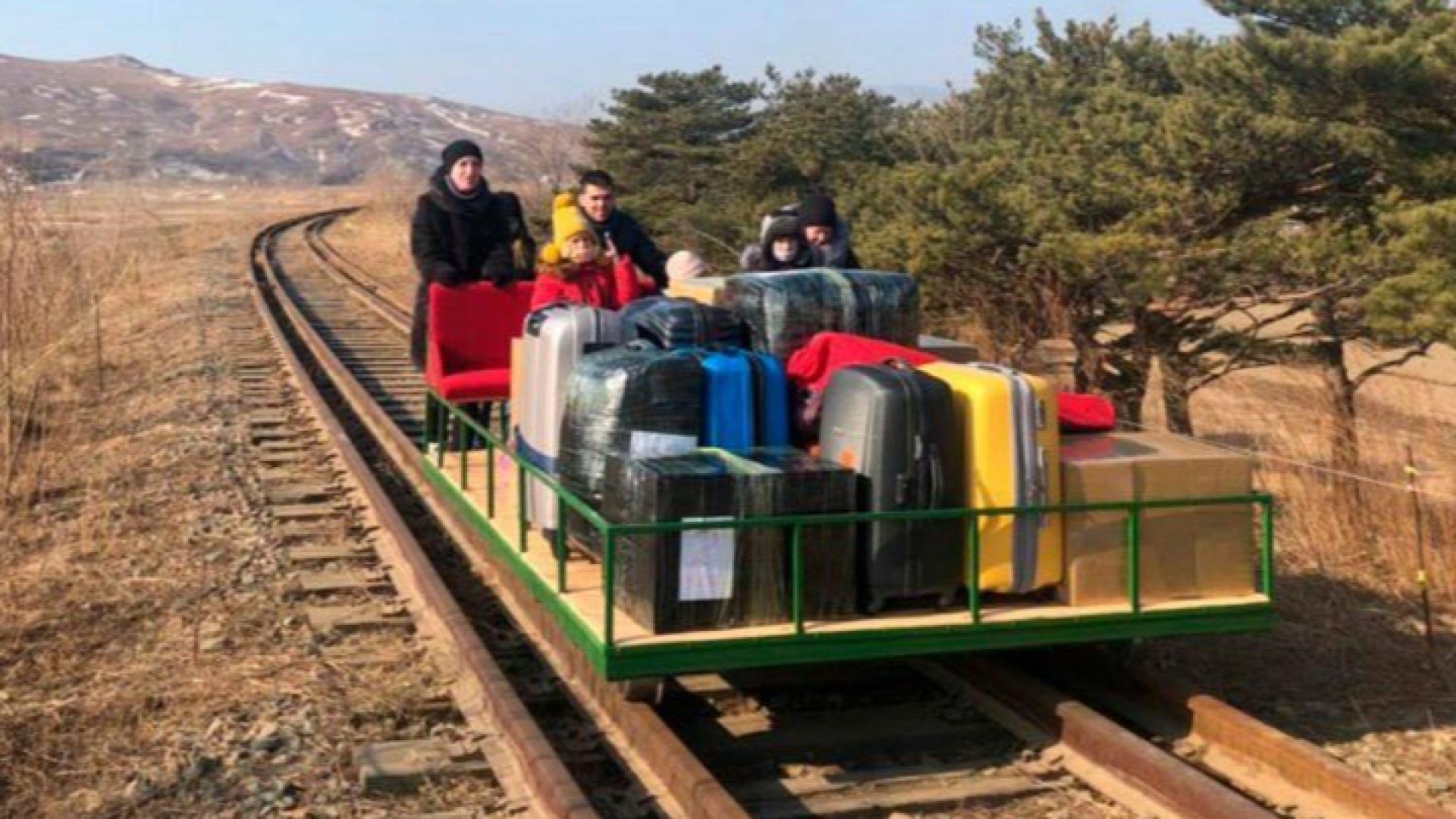 Руски дипломати и семействата им напуснаха Северна Корея с ръчна дрезина (видео)