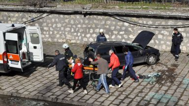 Кола излетя в реката в Хасково след сблъсък, двама са ранени (снимки)