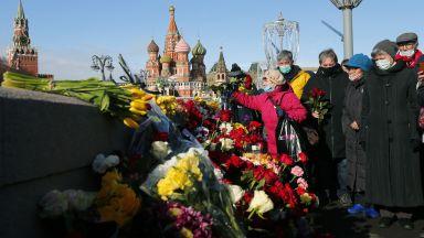 Стотици се събраха в центъра на Москва, за да почетат паметта на Борис Немцов