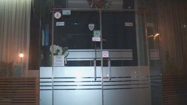 Три дни преди отварянето на заведенията - незаконно парти в София, клиентите се барикадират