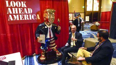 Съюзници на Тръмп му издигнаха златна статуя по шорти като знамето и джапанки (видео)