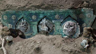 Церемониална непокътната карета от първи век беше открита в Помпей