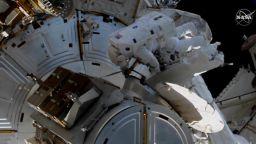 Астронавти на НАСА излязоха в открития космос от МКС (видео на живо)