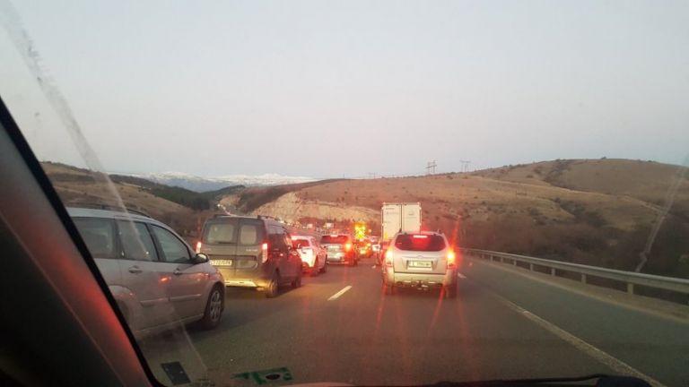 Километрично задръстване се образува на магистрала