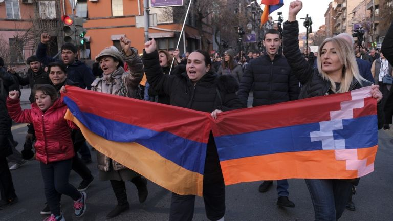 В арменската столица Ереван протестиращи нахлуха в правителствена сграда, настоявайки