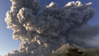Вулканът Синабунг в Индонезия изригна и изхвърли гореща пепел на 3 км височина (снимки, видео)
