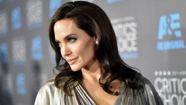 Анджелина Джоли е смела спасителка и опитен пожарникар в новия си филм (видео)