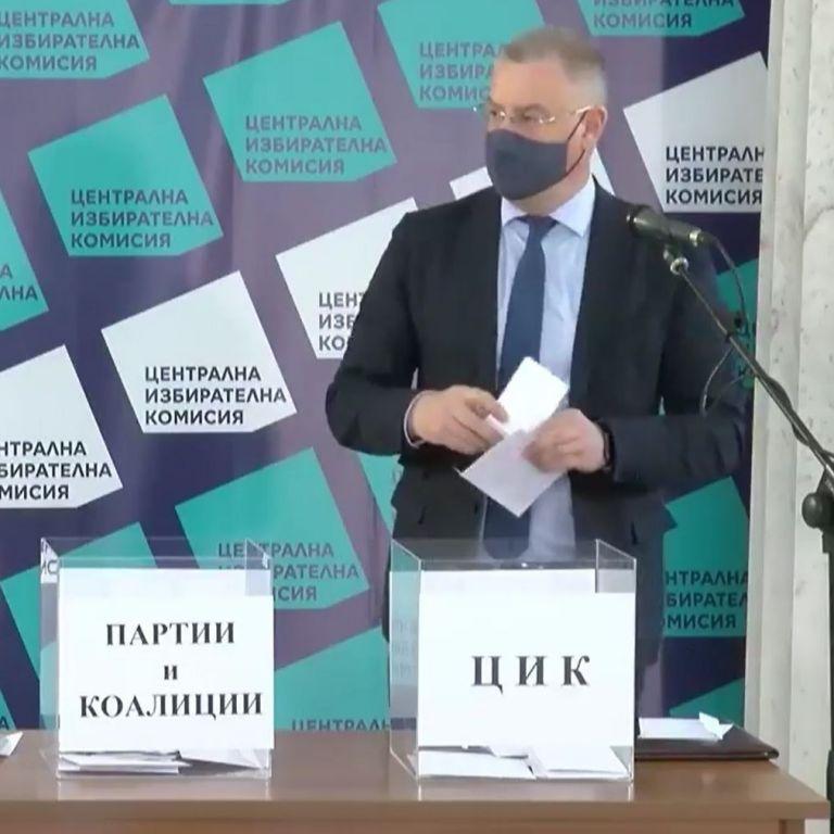 """Жребият е хвърлен: ГЕРБ с бюлетина 28, БСП - с 4, """"Има такъв народ"""" - с 29, ДПС - с 9, а ВМРО - с 11"""