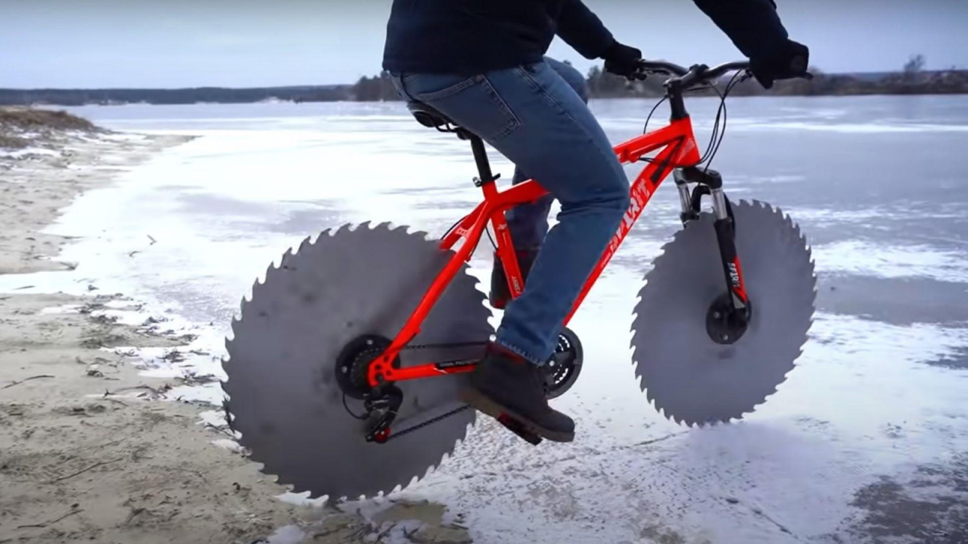 Ето така се кара колело по заледено езеро (видео)