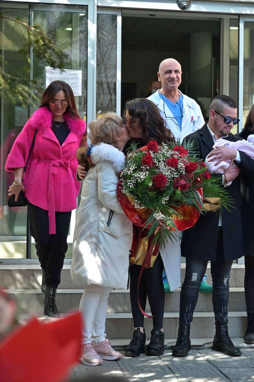 Симона с баба си, майка си и Даниел, който държи малката Галина