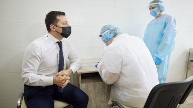 Украинският президент се ваксинира срещу COVID -19, за да успокои скептиците