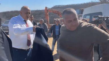 Кой е мъжът, на когото Бойко Борисов подари сакото си на магистралата? (видео)