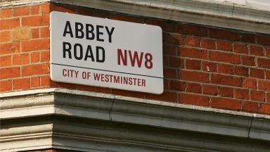 """Ожесточено наддаване за табелката на ул. """"Аби роуд"""", където бе музикалното студио на The Beatles"""