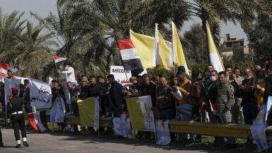 Багдад приветства папа Франциск при най-рискованата му визита в чужбина (снимки)