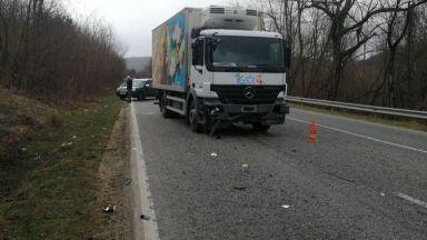 Камион удари лека кола с две деца в нея