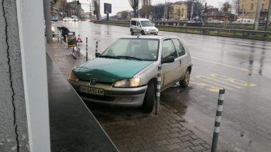 Лек автомобил катастрофира близо до Сточна гара, качи се на тротоара (снимки)
