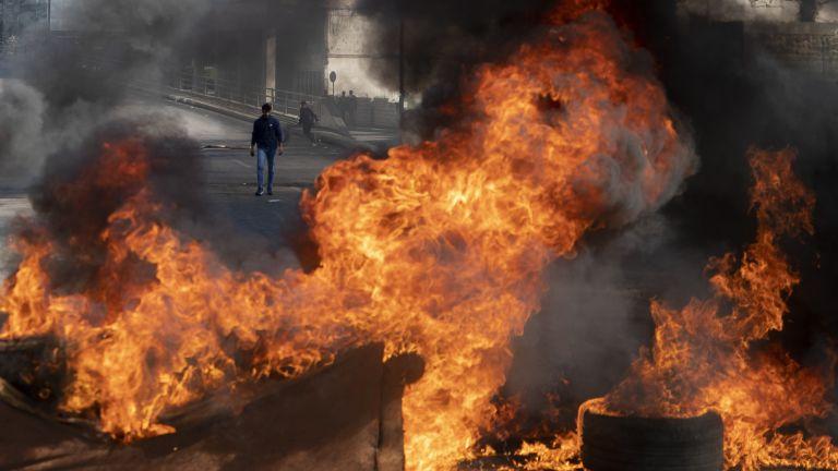 Протестиращите продължават да блокират пътища с горящи гуми и сметища