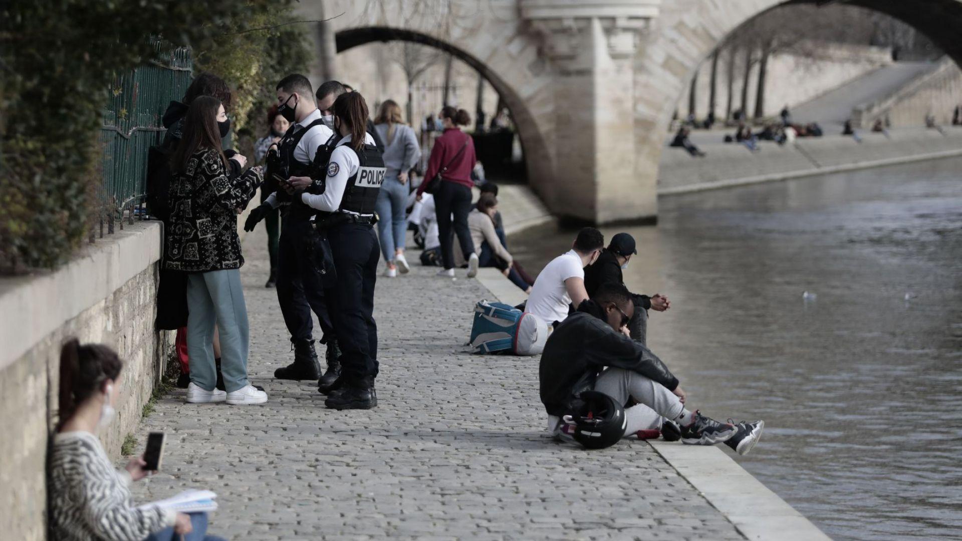 Полиция контролира кейовете на Сена в Париж (снимки)
