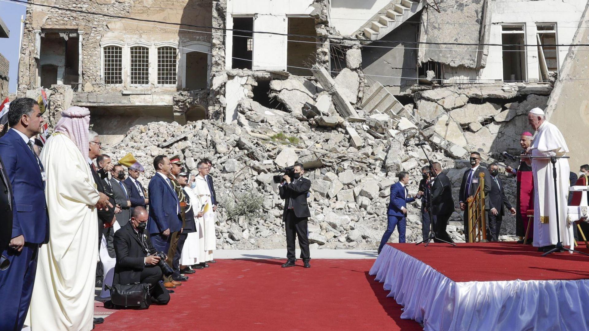 """В опустошения Мосул папата се помоли за жертвите на войната срещу """"Ислямска държава"""""""