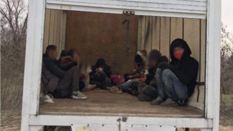 Заловиха нелегални мигранти и каналджии в района на Свиленград. Това
