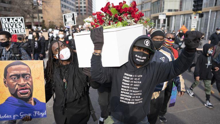 Шествие от хиляди демонстранти, проточило се зад символичен бял ковчег,