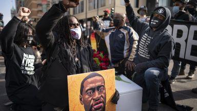 """Демонстранти скандираха """"Без справедливост, няма мир"""" преди процеса за убийството на Джордж Флойд"""