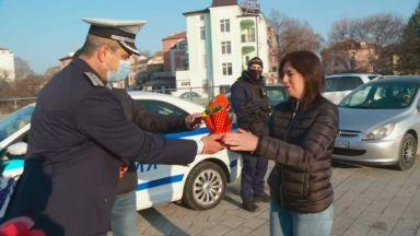 Полицаите в Пловдив подаряват цвете на жените шофьори