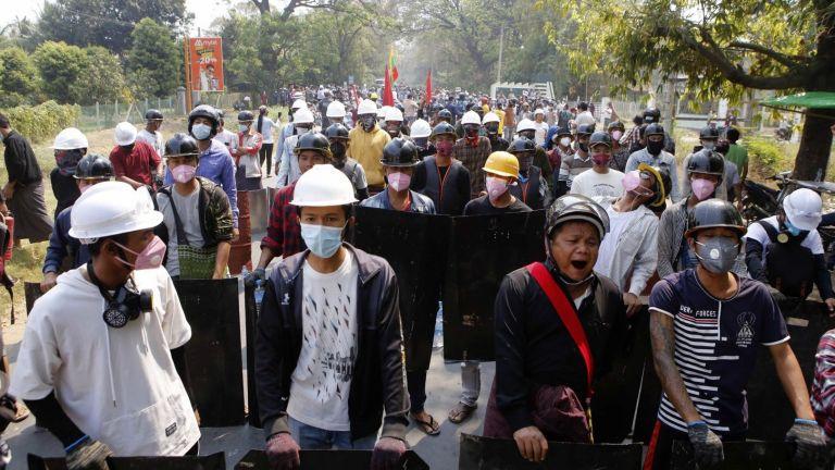 Двама демонстранти, взели участие в протест срещу военния преврат, бяха