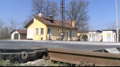 Локомотив помете кола на жп прелез, млада жена е в критично състояние
