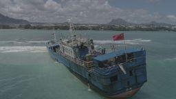 Кораб със 130 тона мазут заседна край брега на остров Мавриций (видео)