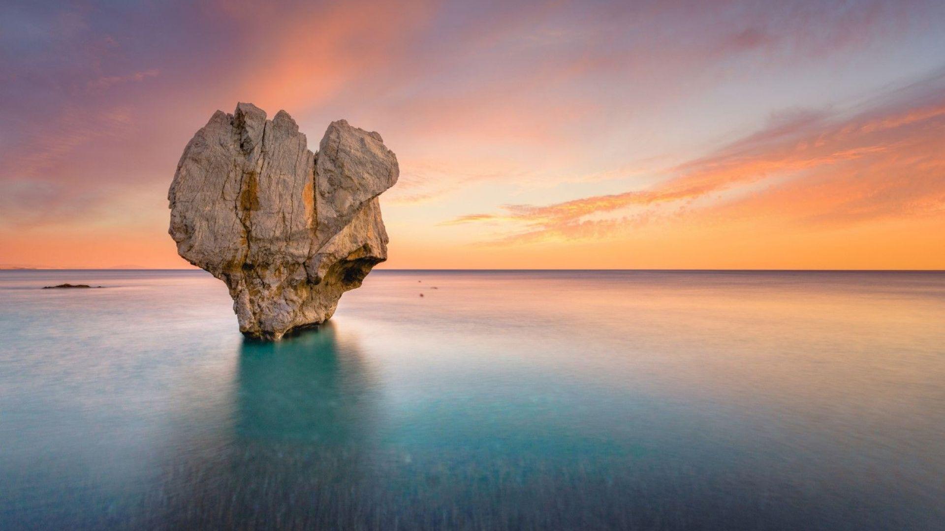 8 природни чудеса в Гърция - от скала сърце до лунни пейзажи